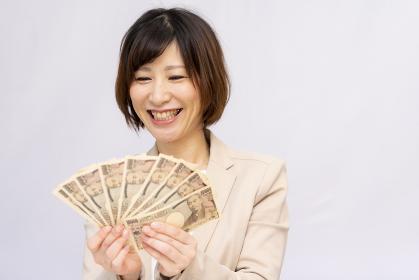 お金をもらって喜ぶ女性【2020】
