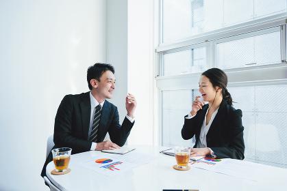 和やかな会議(ビジネスイメージ)