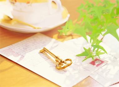 鍵と手紙とカップ