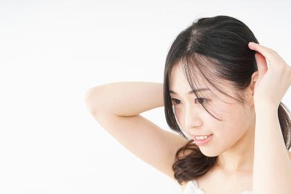 髪の毛をセットする若い女性