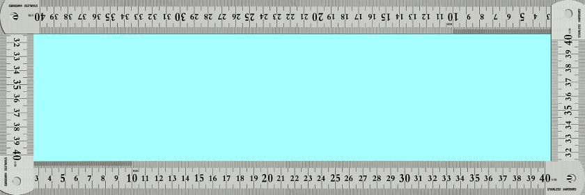 ステンレスの物差しで囲んだフレームに青いコピースペース