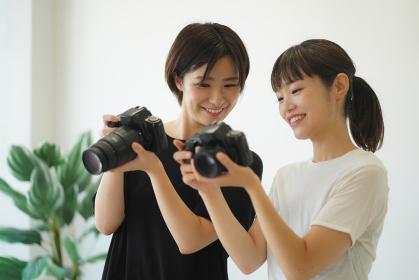 写真の撮り方を教わる女性
