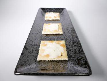 クリームチーズを乗せた四角いクラッカー