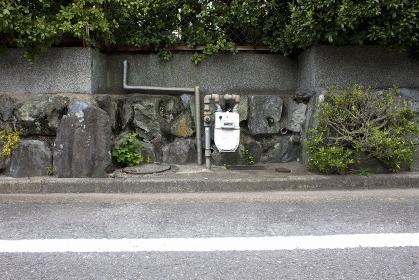 住宅の外壁の低い位置に設置された都市ガスメーター