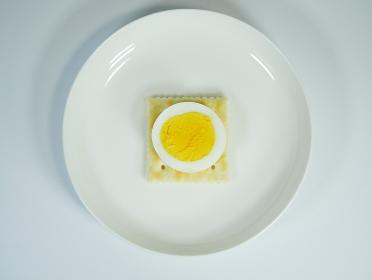 クラッカー ゆで卵乗せ