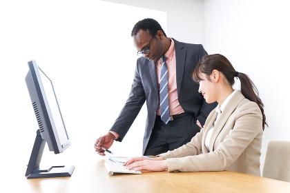 オフィスで働く人々・上司と部下