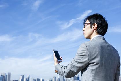 スマートフォンを持ったビジネスマン