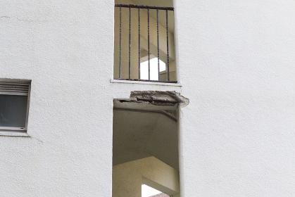 ビル壁面の亀裂