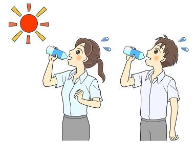 屋外で水分補給する半袖シャツの若い男女