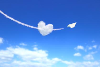 ハート型の雲を射貫く紙飛行機