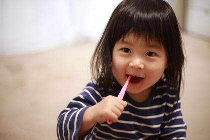歯磨きする女の子