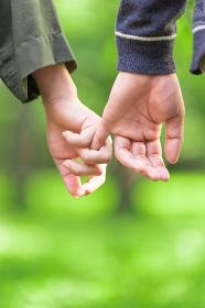 手をつなぐカップル(ボディパーツ・アップ)