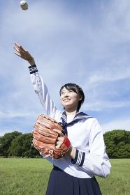 キャッチボールをする女子中学生