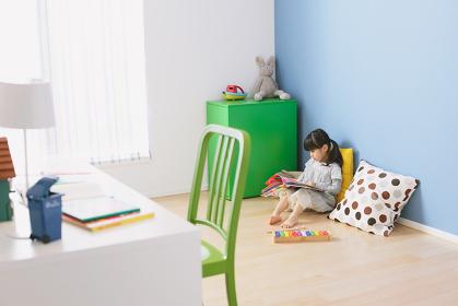 子供部屋で本を読む女の子