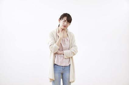 喉の痛みがある日本人女性