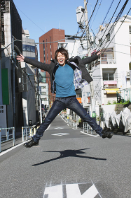 ジャンプをする日本人男性