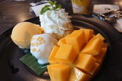 みずみずしいフレッシュマンゴー、マンゴーアイス、カオニャオ マムアン盛り合わせ