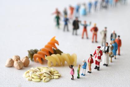 食両配給に並ぶ長い行列の人々