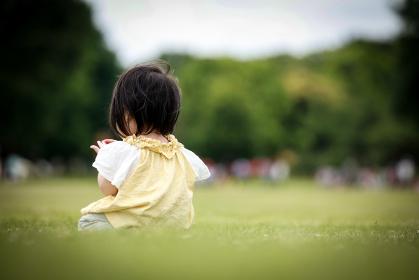 一人で座る女の子