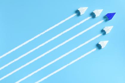 編隊を組んで飛ぶ5機の紙飛行機 3