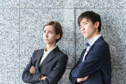 遠くを見つめる外国人同士の男女(国際化・ビジネスイメージ)