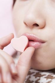 ハート型チョコにキスをする女性