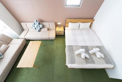 ソファとクッション、ベッドのあるホテルの部屋