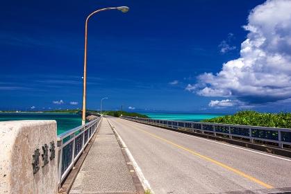沖縄県・池間島 夏の池間大橋と遠方に臨む宮古島の風景
