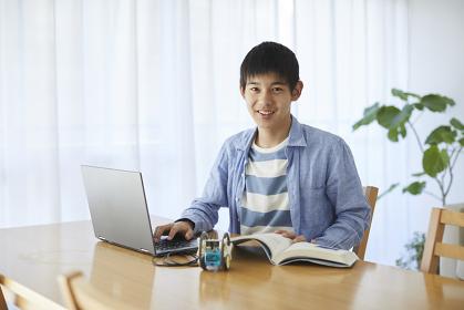 プログラミング学習をする10代の男の子