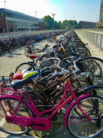 オランダのアムステルダム市街地に並ぶ大量の自転車縦位置
