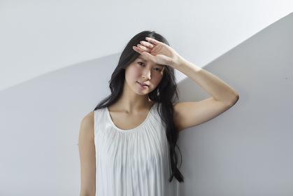 強い日差しを浴びる日本人女性