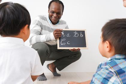 英会話教室に通う子供とお母さん