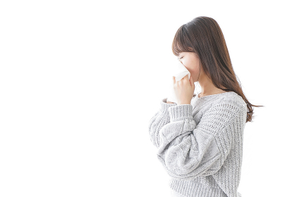 風邪・花粉症で鼻をかむ女性