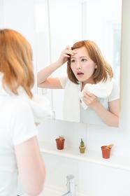 鏡を見る女性 美容イメージ