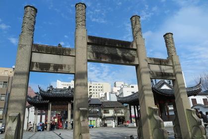 長崎市の中華街にある湊公園、中国風の石門