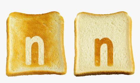 食パンに焼印風のアルファベットの小文字のn