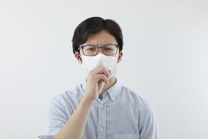 花粉飛沫防止メガネをかけた日本人男性