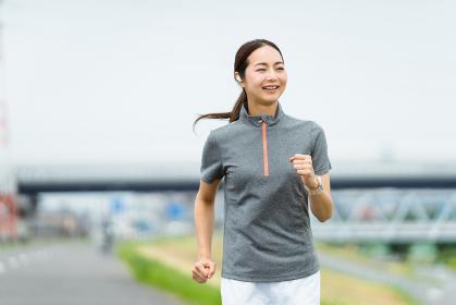 運動不足解消のイメージ・ランニングをする女性