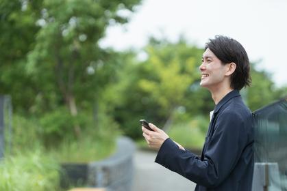 スマートフォンを持つ男性・IoTのイメージ
