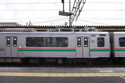 駅の反対側ホームに停車している電車(宮城県仙台市、南仙台駅)