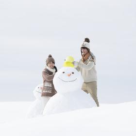 雪だるまを作るカップル