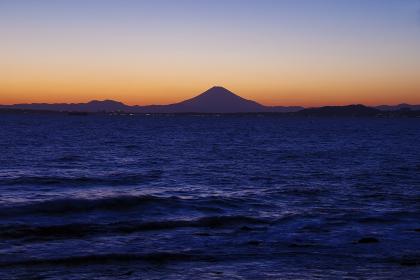 房総半島から見る夕暮れの富士山