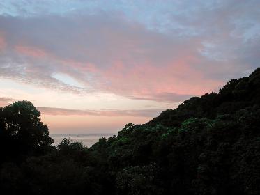 山間から見える海と夕景