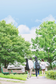 キャンパスの大学生