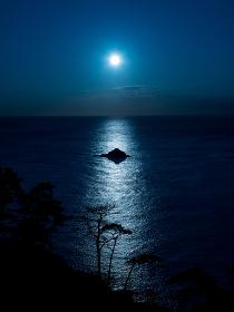 南伊豆のあいあい岬の沖合に沈む太陽と海に伸びる光の筋 9月