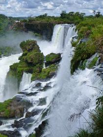 アルゼンチン・ブラジル国境エリアのイグアスの滝にてジャングルの間から流れ落ちる大量の水