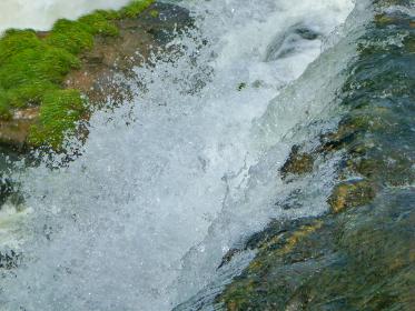 アルゼンチン・ブラジル国境エリアにてイグアスの滝の水しぶきクローズアップ