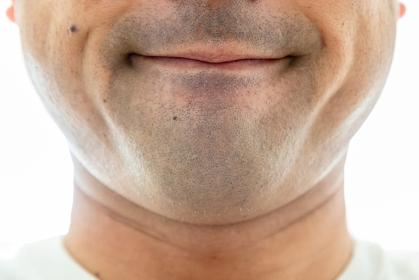 口を真一文字に閉める男性
