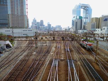 梅田貨物駅への線路とビル群(2011年)