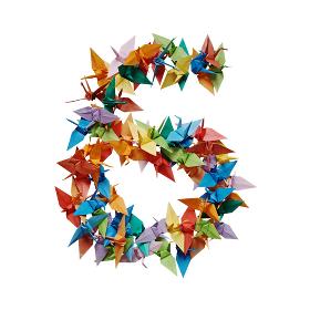 白バックに折り紙の鶴で作った数字の6